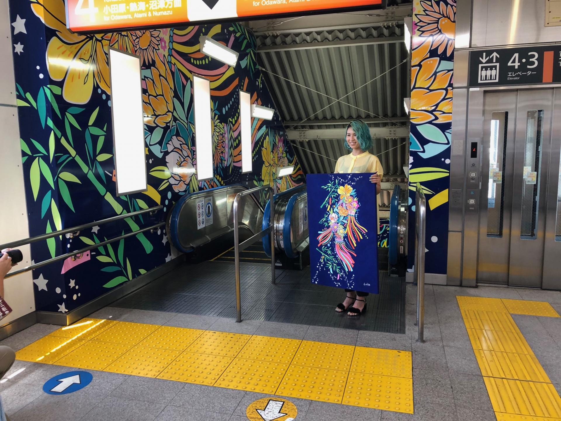 JR東海道本線平塚駅構内エスカレーター壁面のラッピングが完成